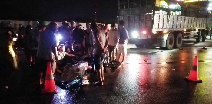 Thanh niên tử vong sau cú húc vào xe tải đang sang đường